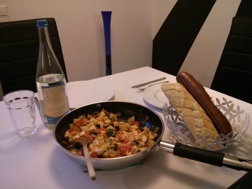 Rezept: Heute vegetarisch! Zucchini, Tomate und Feta-Käse mit Kräuterbaguette